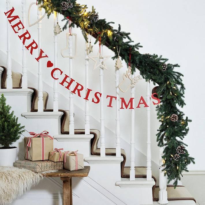 рождественское украшение ступеней лестницы в доме фото