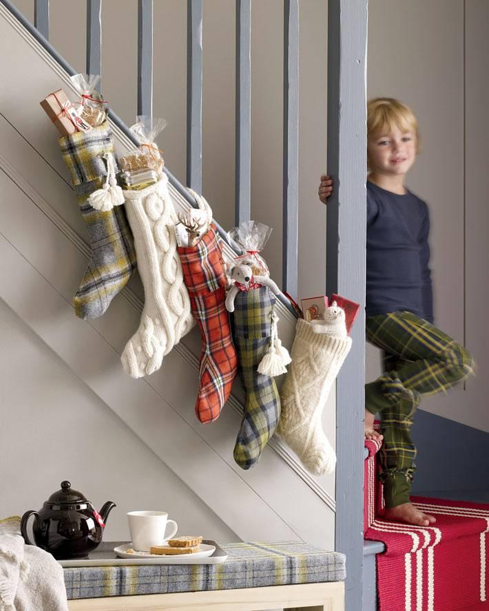 рождественские носки для украшения лестницы к новому году