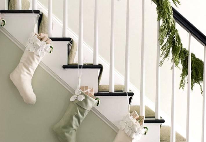 белые носки на лестнице в новогоднем декоре дома