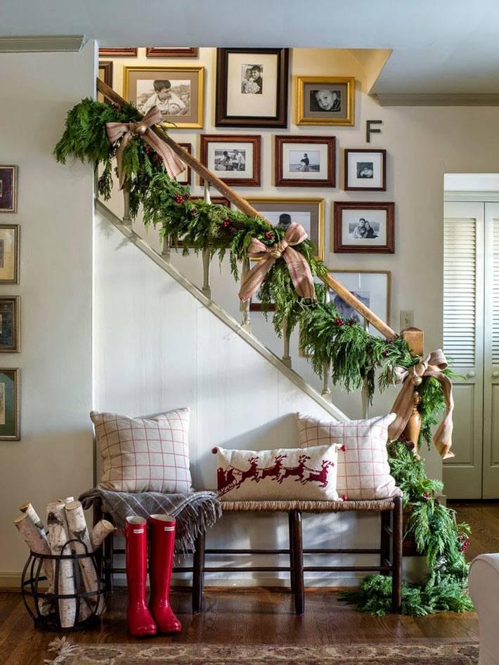 хвойное новогоднее оформление лестничных ступеней