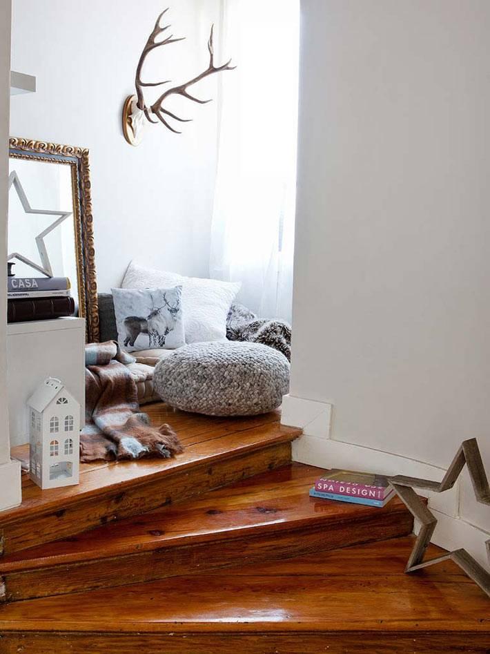 уютное место для отдыха на полу с подушками в доме