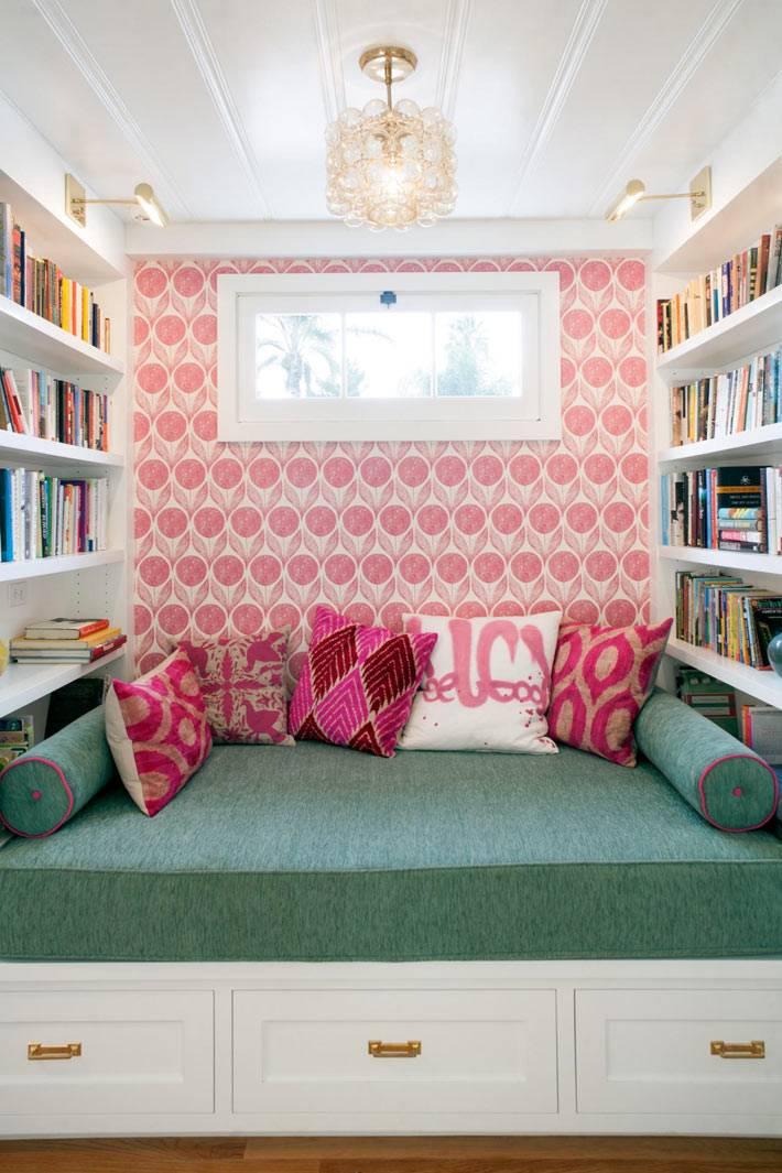 специальное место для чтения с полками для книг в доме