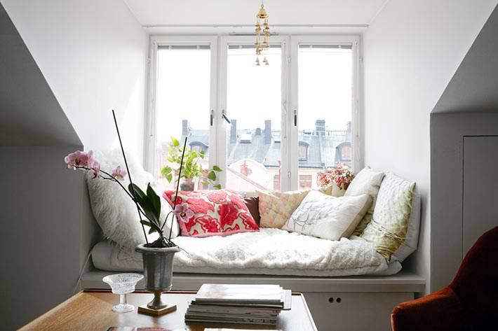 очень красивый и уютный подоконник с подушками
