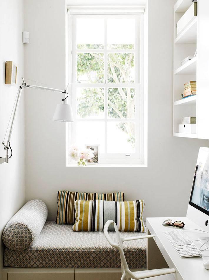 рабочее место с мягким диванчиком и небольшим окном