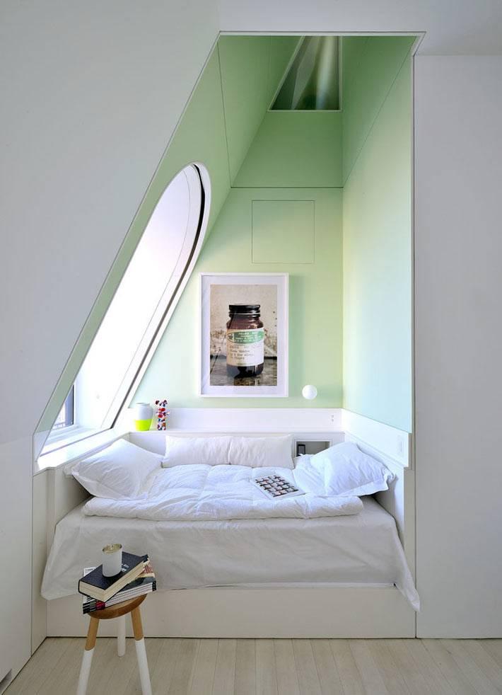 уютная ниша под окном зеленого цвета для чтения и отдыха