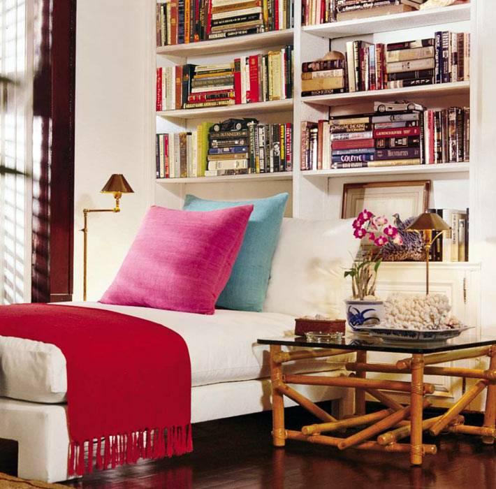 удобная мягкая козетка в доме для чтения книжек