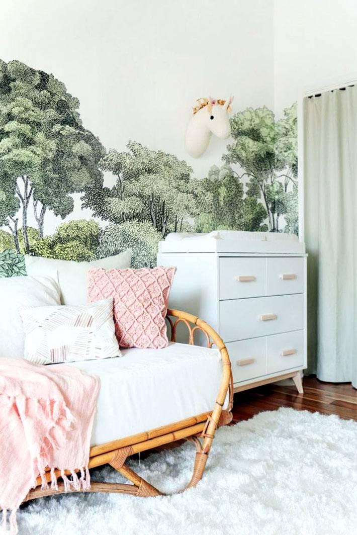 белый цвет мебели в комнате для маленького ребенка