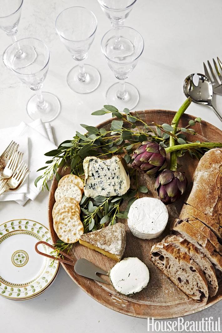сырная тарелка на красивой сервировке стола