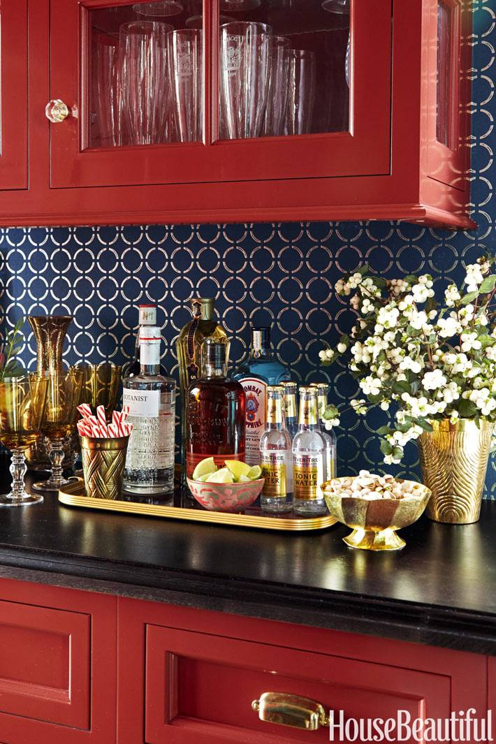 синие обои на красной кухне с мини баром