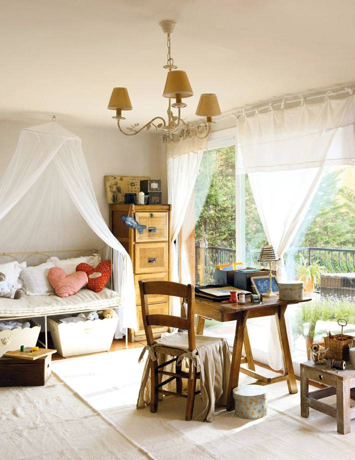 красивая детская комната с балдахином над кроватью