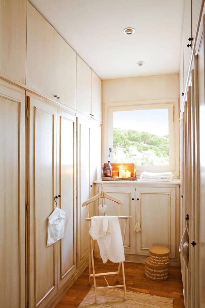 маленькая и узкая гардеробная комната в доме