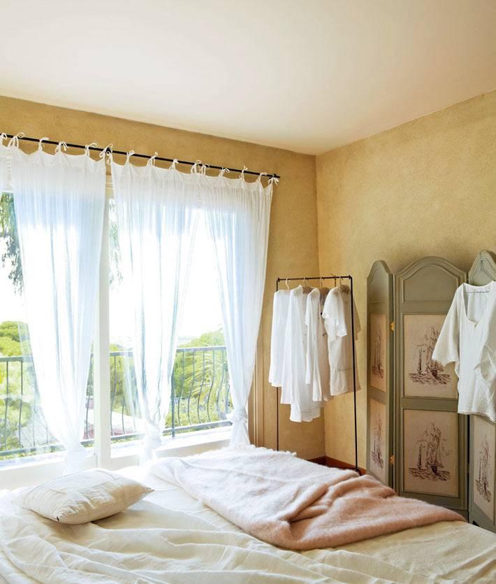 большие окна с балконом в спальне с ширмой фото