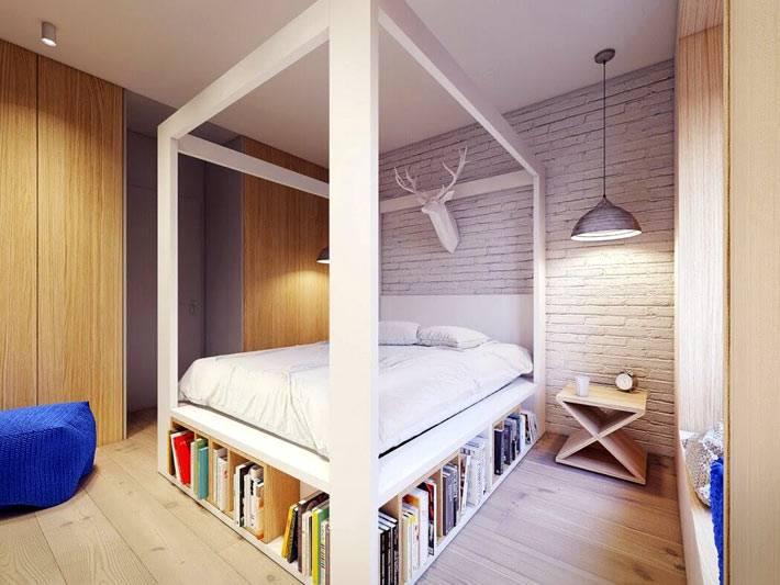 белая деревянная кровать с полками для книг
