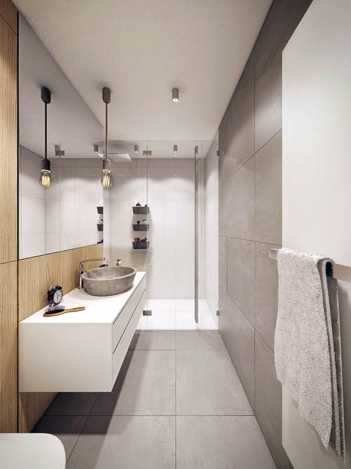 большое зеркало на деревянной стене в ванной фото