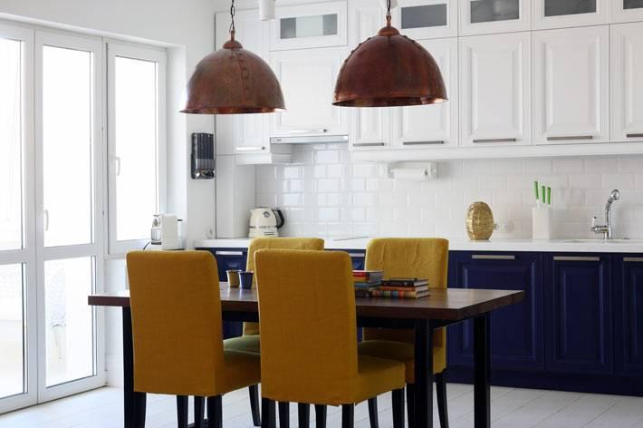 Красивый интерьер кухни в белом и синем цвете фото