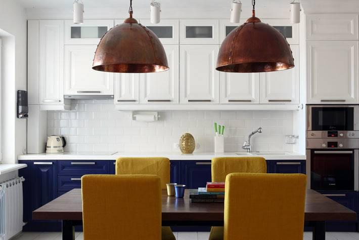 желтые стулья в столовой зоне на кухне фото