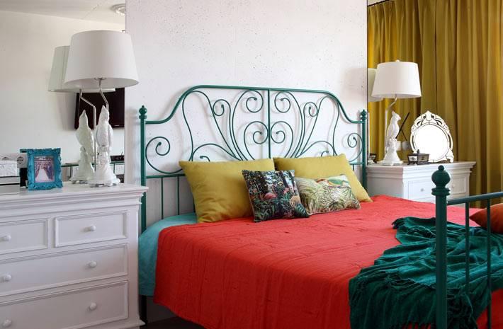 зеленая кровать ИКЕА в дизайне спальни фото