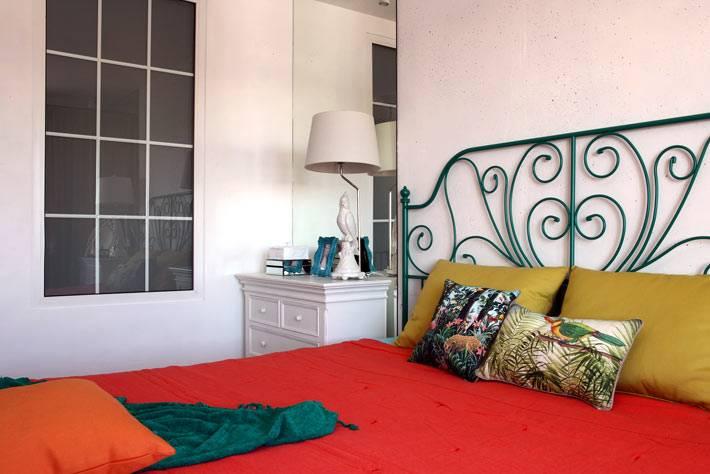 текстиль ярких цветов освежает общий вид спальни фото