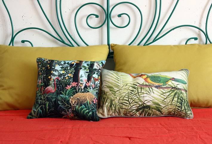 декоративные подушки с летними принтами в спальне фото