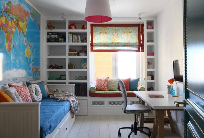 Стеллаж для книг вокруг окна в интерьере детской комнаты фото