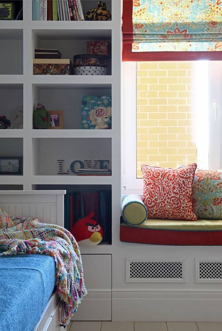 Мягкая подоконная скамья на окне в детской комнате фото