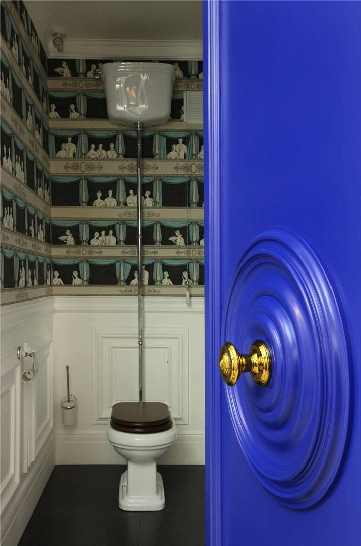 синяя дверь в туалете с обоями на стене фото