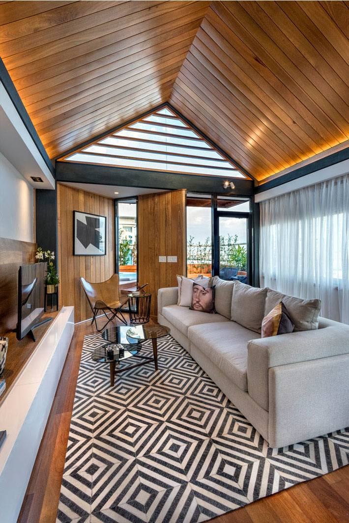 деревянный потолок в интерьере мансардной квартиры