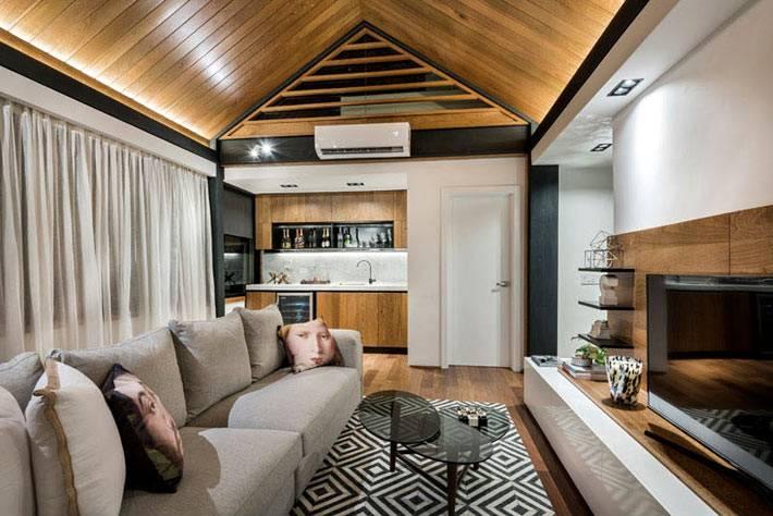 квартира-студия с деревянным потолком