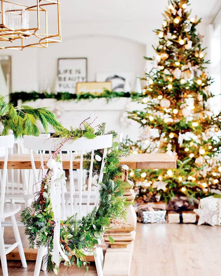 красивый новогодний интерьере с нарядной елкой