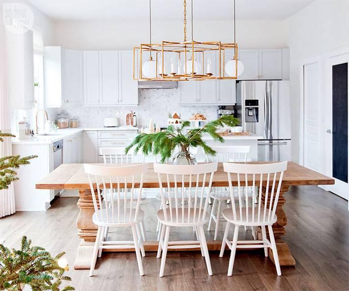 Новогодний интерьер кухни с еловыми ветками
