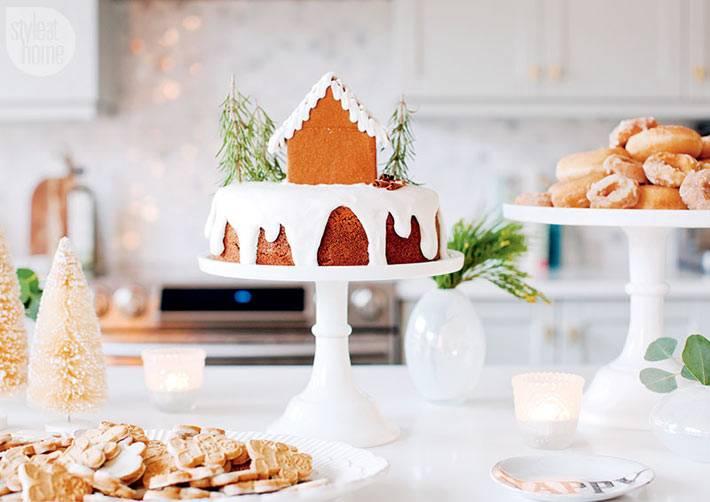 красивый пряничный домик на новогоднем столе фото