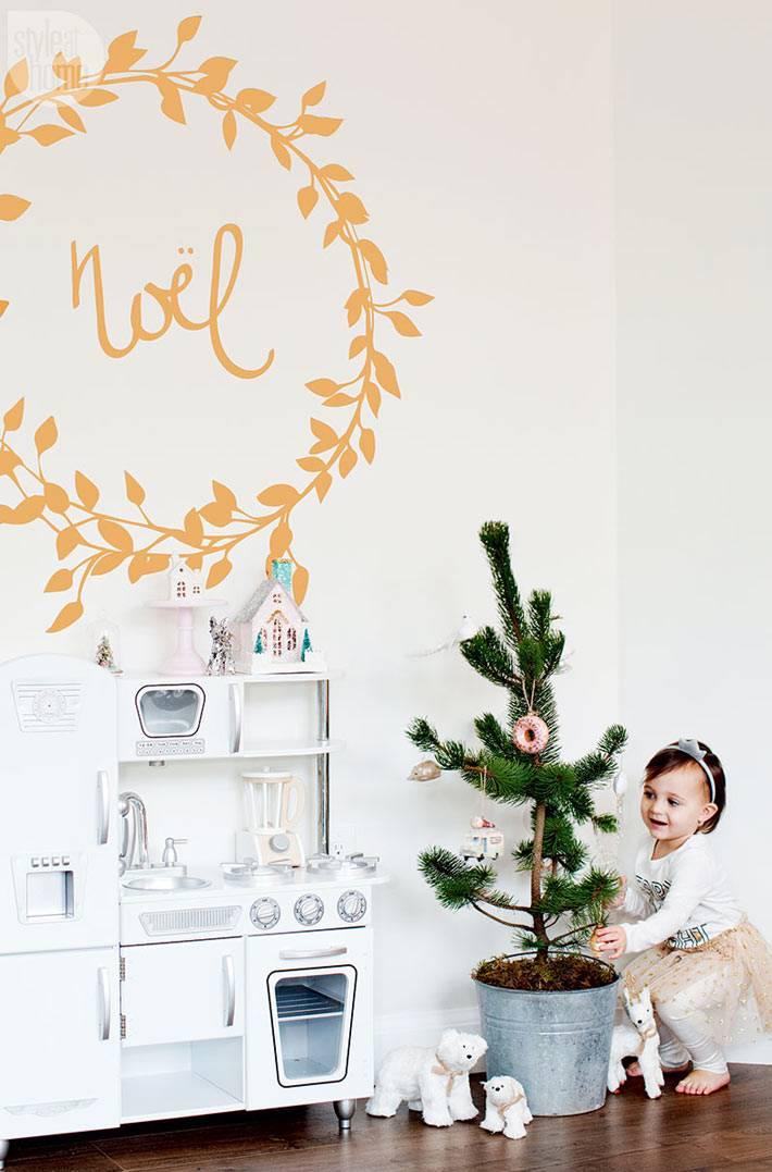 маленькая новогодняя елка в ведре в интерьере