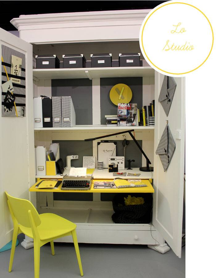 рабочий стол в компактном шкафу с желтыми элементами