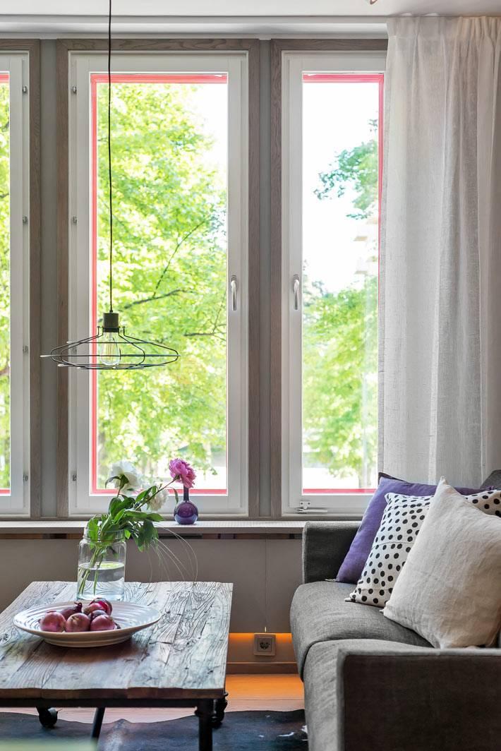 окна с розовым акцентом в достаточно сдержанном интерьере фото