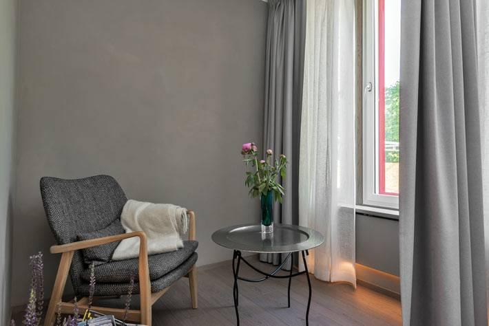 Уютный уголок для отдыха в кресле возле окна фото