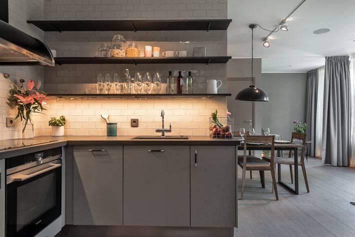 серая кухня продолжила общую концепцию интерьера квартиры