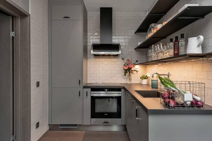Удобное хранение на открытых полках на серой кухне