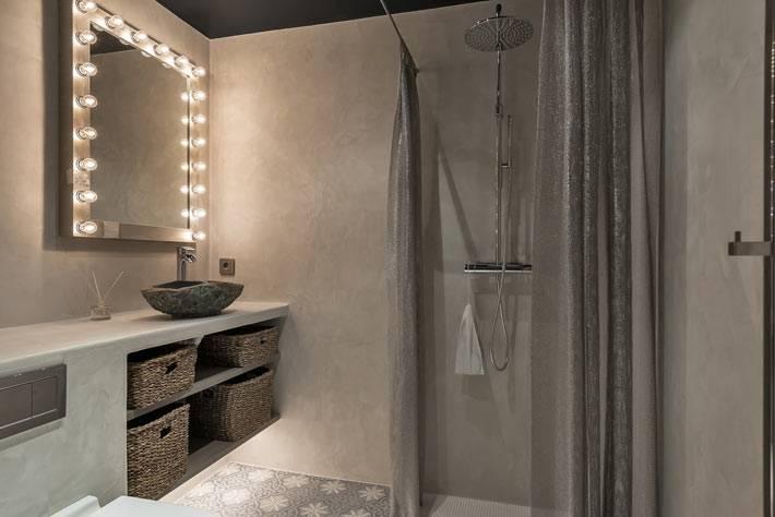 достаточно аскетичная ванная комната с душем