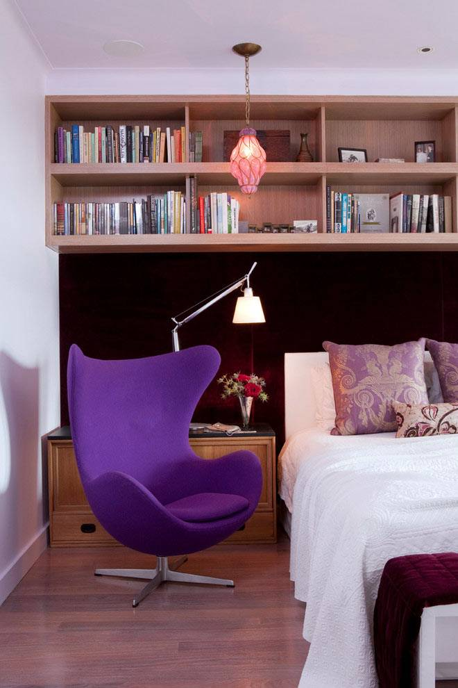 деревянные полки над кроватью в интерьере спальни