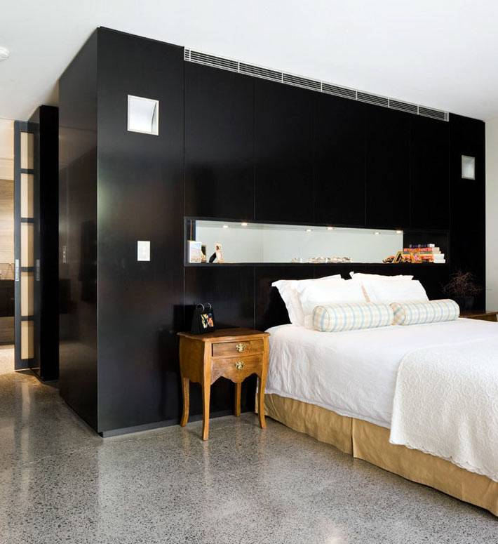 черная акцентная стена со встроенной полкой в изголовье кровати