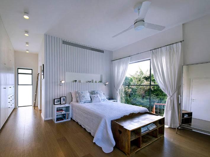 стена в изголовье кровати со встроенной полкой фото