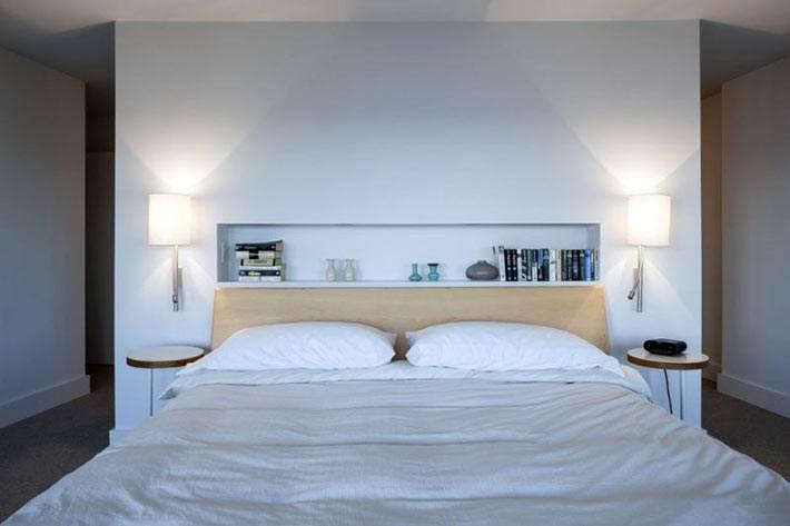 белая спальня со встроенной нишевой полкой