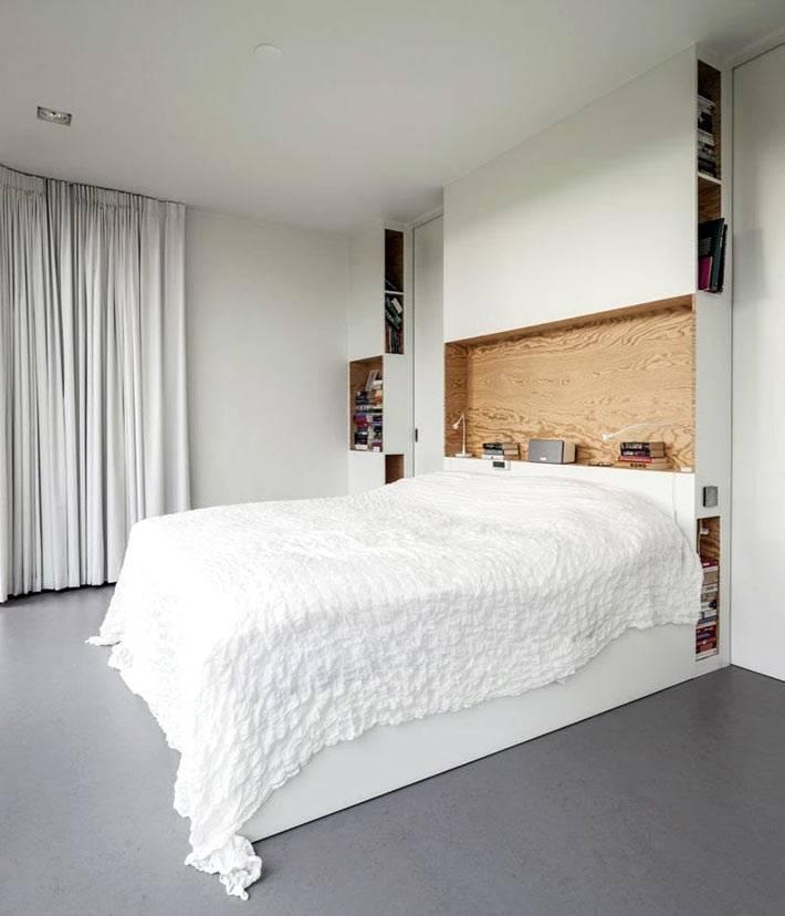 деревянная встроенная полка над изголовьем кровати фото