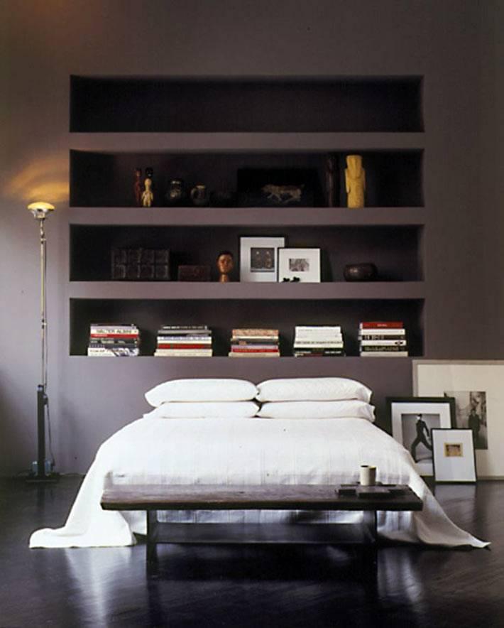 красивый дизайн спальни с темной стеной и встроенными полками