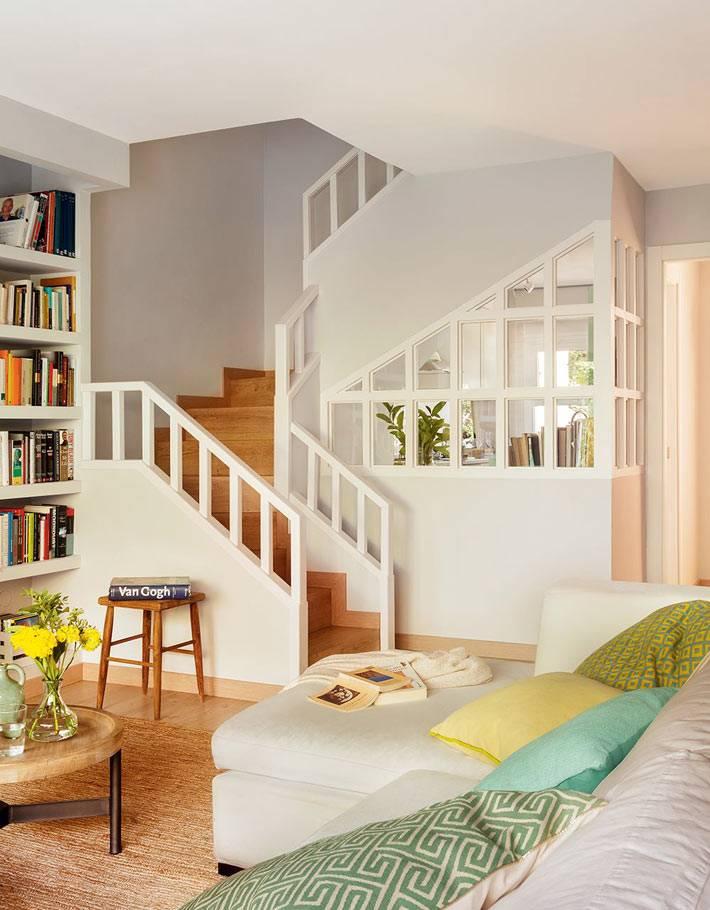 Белая лестница в интерьере дома фото