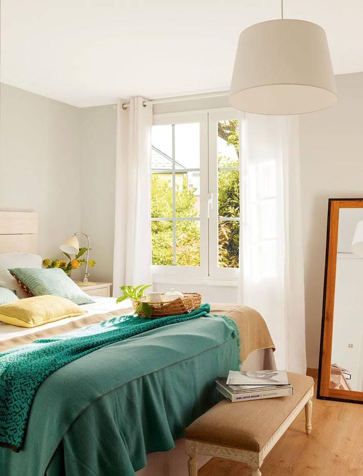 бежевый интерьер спальни с зеленым текстилем фото