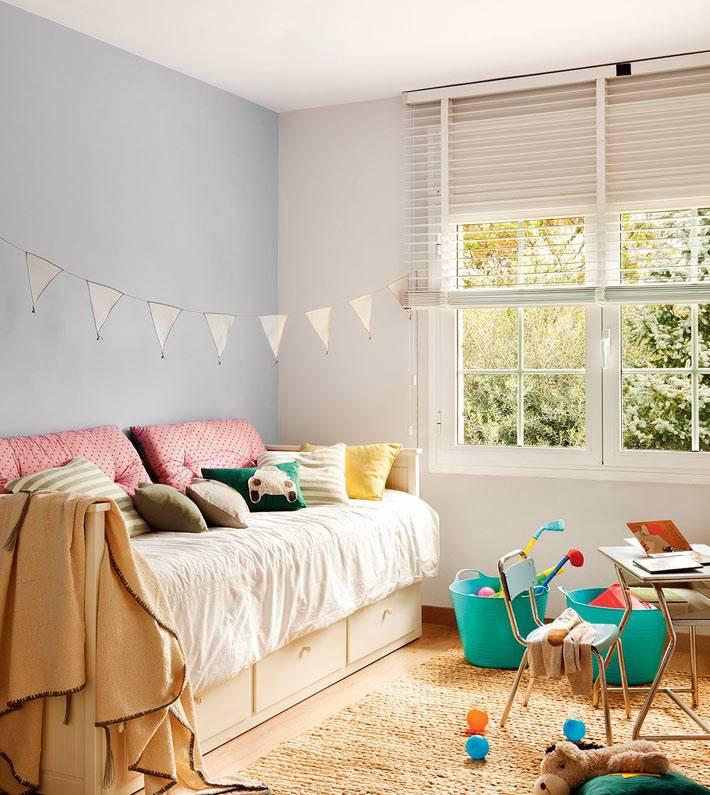 акцентная голубая стена в дизайне детской спальни