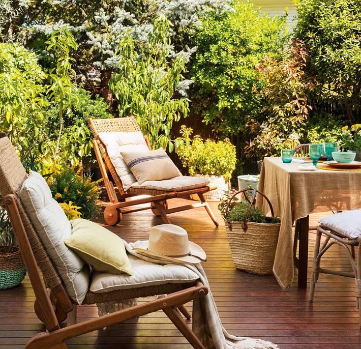 плетеная мебель на колесиках на террасе возле дома