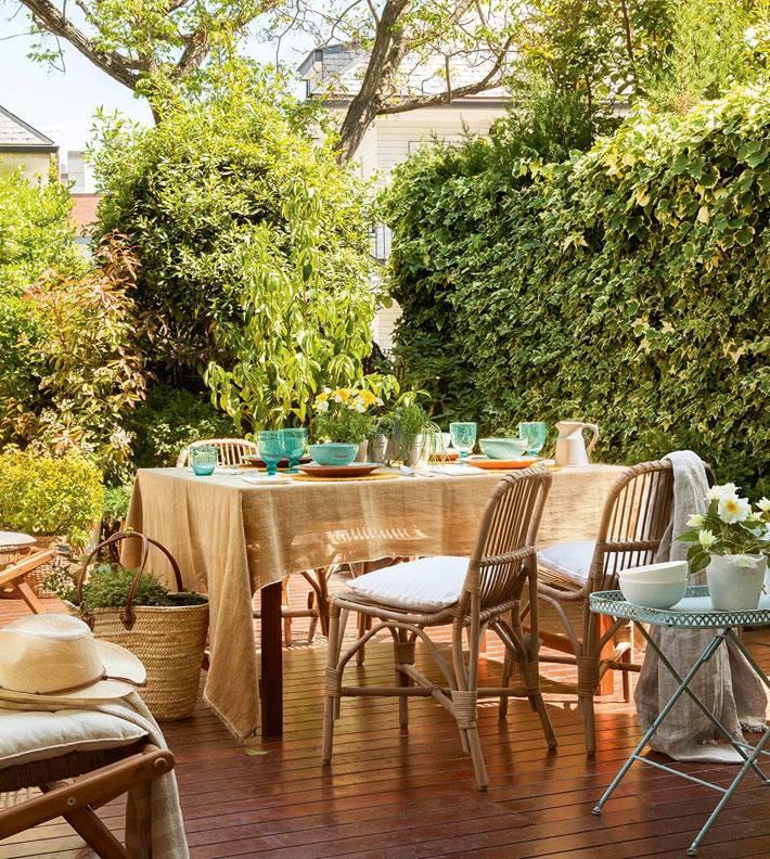 уютная деревянная терраса для завтраков на свежем воздухе