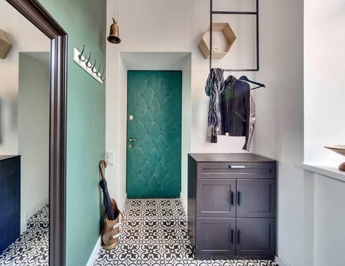 незатейливый интерьер прихожей с зеленой стеной